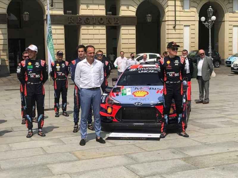 Ott Tanak posa a Torino con il presidente della Regione Piemonte senza mascherina