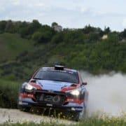 Umberto Scandola con la Hyundai i20 R5 in azione sugli sterrati dell'Adriatico