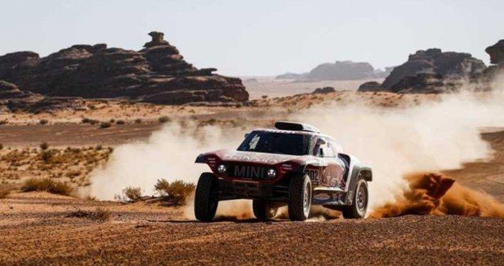 Carlos Sainz in testa alla Dakar Rally
