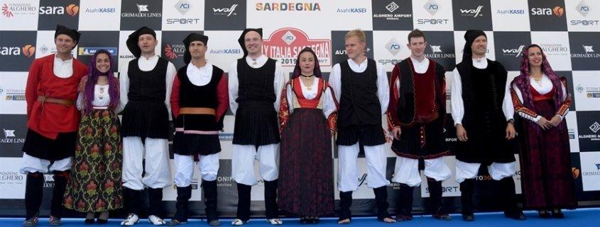 Il palco partenze-arrivo del RIS e i beniamini del WRC con gli abiti tradizionali